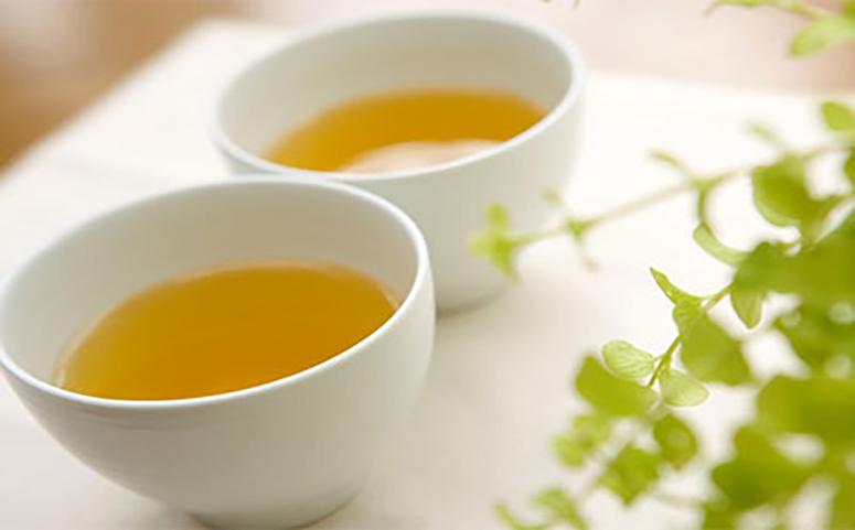 晚上喝蜂蜜水促进睡眠的图片